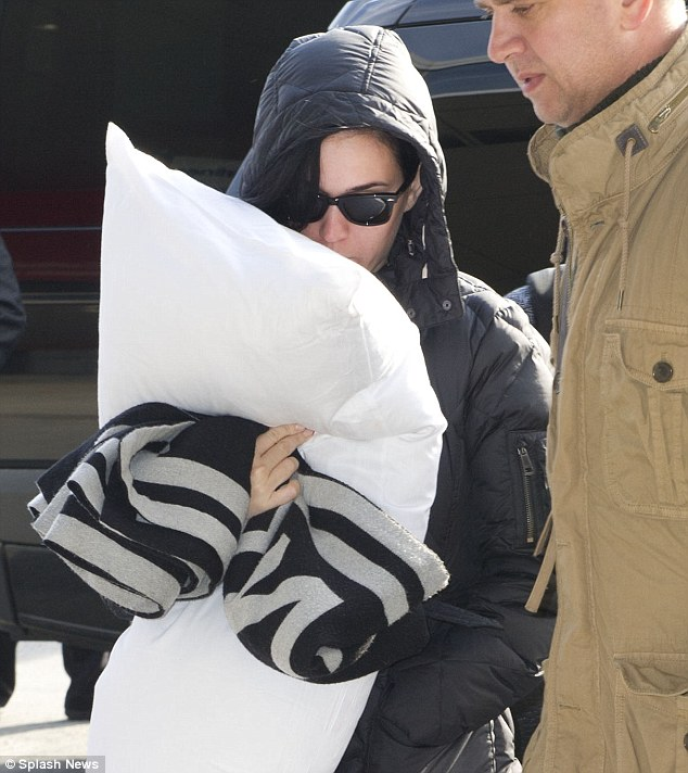 Katy Perry sure do know how do long-haul flights! (Photo from dailymail.co.uk)